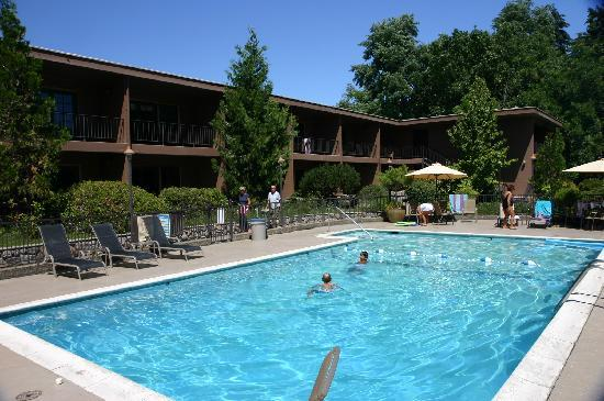 The Lodge at Riverside: View of the pool & some of the rooms