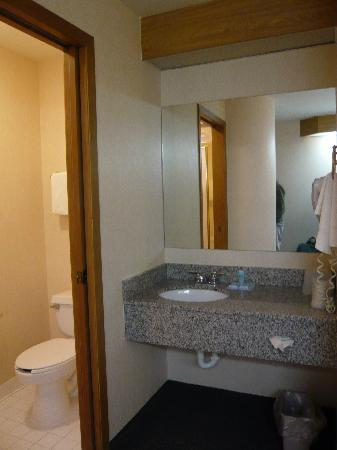 Motel 6 Bozeman: Sink and vanity next to bathroom