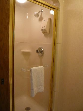 Motel 6 Bozeman: No tub but very roomy shower