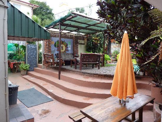 Nomads Backpackers: Patio by the pool
