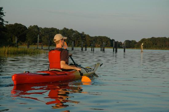 SouthEast Expeditions: Paddling Into Kings Creek at Sunset