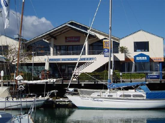 Bay Vista Waterfront Motel: Quick stroll to The Spinnaker Restaurant overlooking Marina