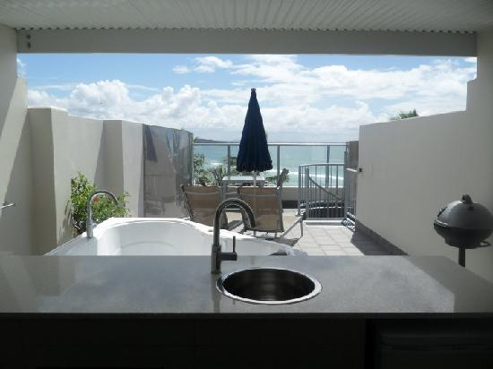 On The Beach Noosa Resort: roof top terrace: fridge, bar area, bath etc