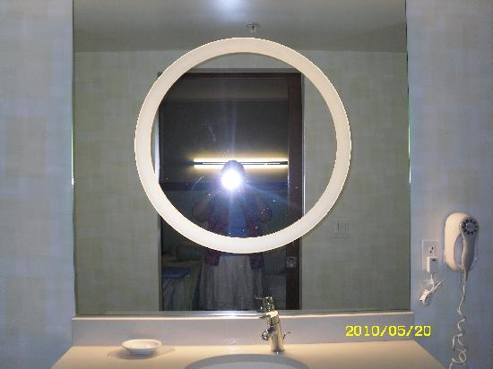 SpringHill Suites by Marriott Sioux Falls: cool mirror in bathroom