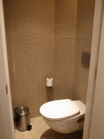 Studio M Hotel: tiny toilet with no ventilation
