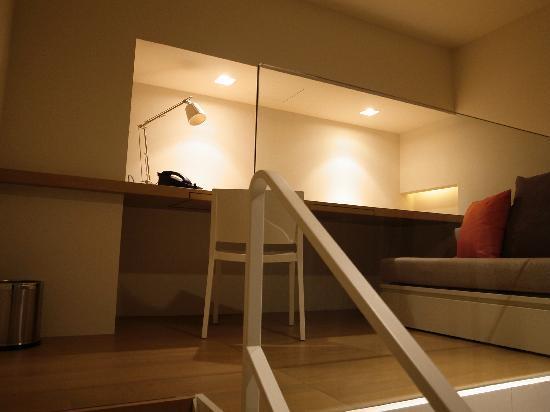 ستوديو إم هوتل: redundant sofa and table UPSTAIRS