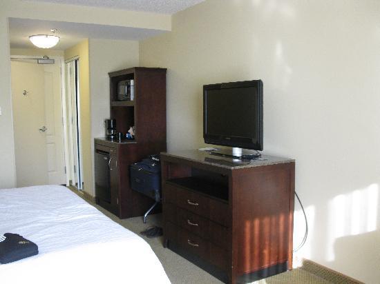 Hilton Garden Inn Richmond Airport: flat panel tv/micro/fridge area
