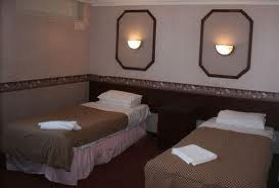 Mill Rythe Holiday Village: Similar to our room. Cheap and not so cheerful