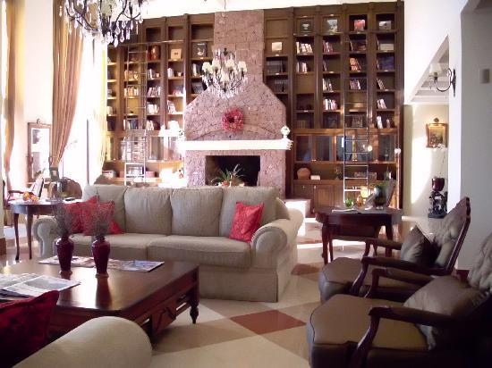 Hotel & Spa do Vinho, Autograph Collection: Die Lobby wirkt wie eine edel bestückte Bibliothek