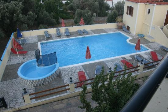 Marathokampos, Griekenland: The hotel pool. Cleaned and maintained every morning!