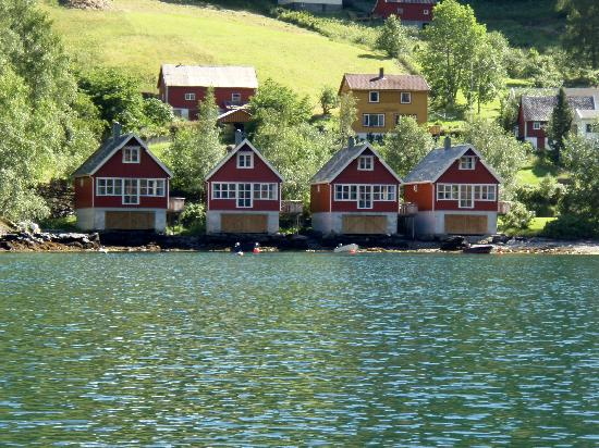 Fretheim Fjordhytter: The cabins seen from the boat