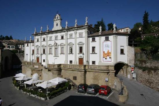 Hotel La Meridiana: Teatro Comunale difronte l'Hotel