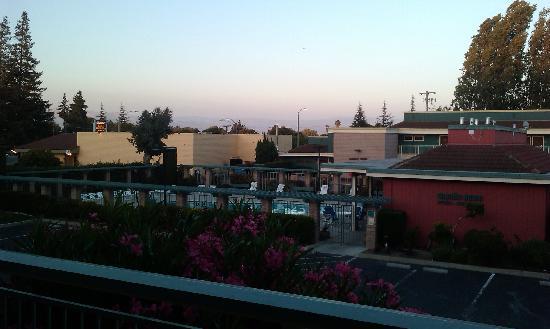 Days Inn & Suites Sunnyvale: Pool mit Aussicht
