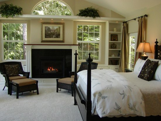 Lost Mountain Lodge: Hideaway Suite on Quail Lake: King bed, fireplace, 32-inch HDTV-DVD