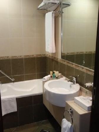 TIME Oak Hotel & Suites: Badezimmer