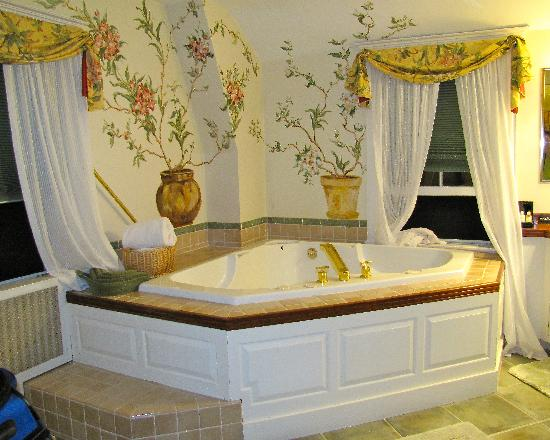 Bufflehead Cove Inn: Jacuzzi in the Balcony Room