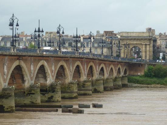 Ibis Bordeaux Centre Bastide : Le pont de Pierre