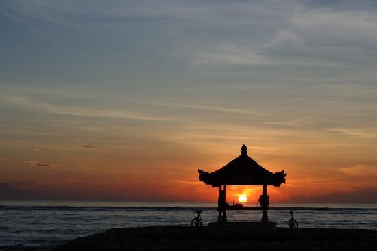 Respati Beach Hotel - Sanur: レスパティ前のガゼボ~朝日