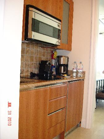 Seven Stars Resort & Spa: Kitchenette in Ocean Front Junior Suite
