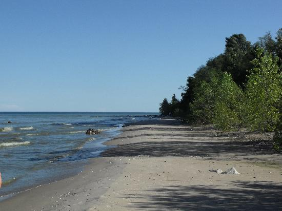Algoma Beach Motel : View facing away from town