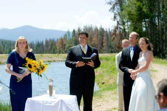Mountain Lakes Lodge: A wedding behind the cabins