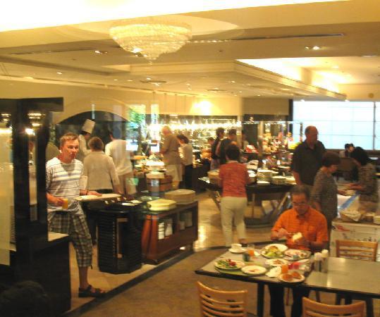 RIHGA Royal Hotel Kyoto: Main level buffet and restaurant
