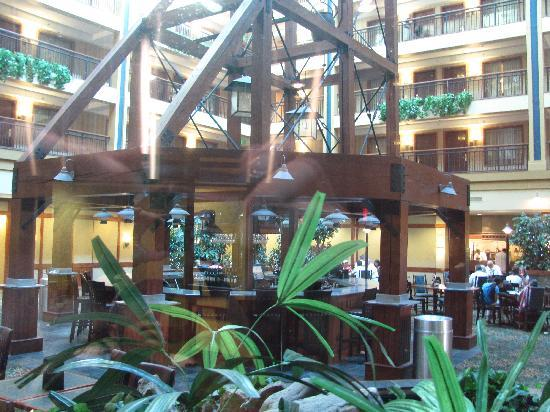 Embassy Suites by Hilton Denver International Airport : Center Lobby - Bar under the scaffolding
