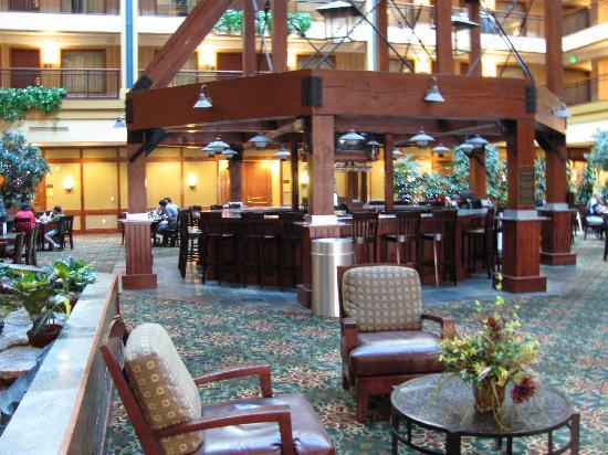 Embassy Suites by Hilton Denver International Airport : Bar Area