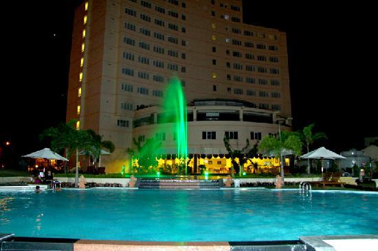 TTC Hotel Premium - Phan Thiet: Swimming Pool at Night