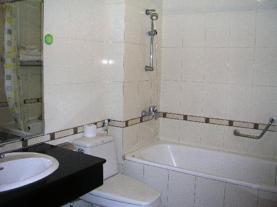 Sunrise Hotel - 9 Hang Mam : Street view delux room - bathroom