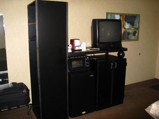 Carlton Inn Midway: Appliance Cabinet