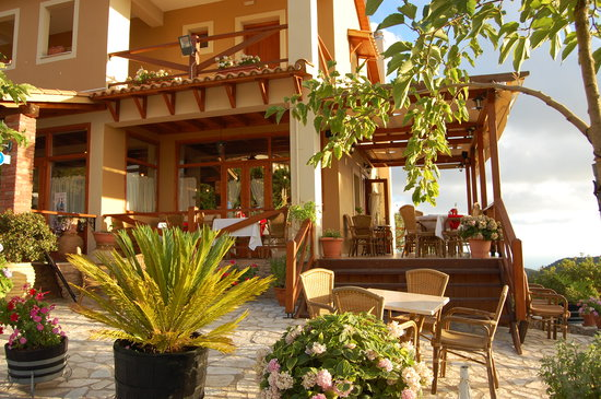 t'Aloni : The terrace of the restaurant
