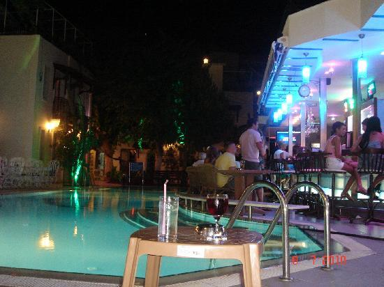 Hotel İstanköy: the swimming pool by night