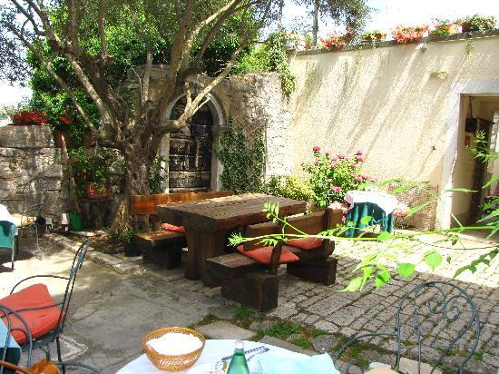 Porec, Croatia: We found this charming cafe off the main street in Old Town. Decor consists of discarded columns