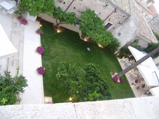 Vu de piscine sur le toit de l 39 hotel fotograf a de il for Giardino piccolo