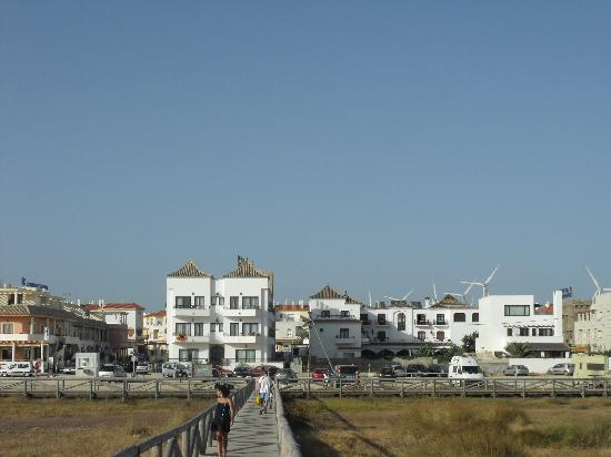 Hotel Pozo del Duque: Vistas del Hotel desde el camino de la playa