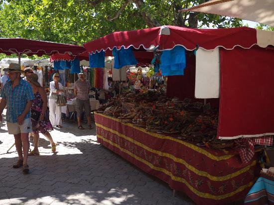 Jas de mery : market day at Loumarin