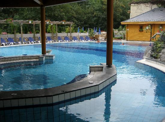 Danubius Health Spa Resort Heviz : Der Außenpool mit normalem Wasser