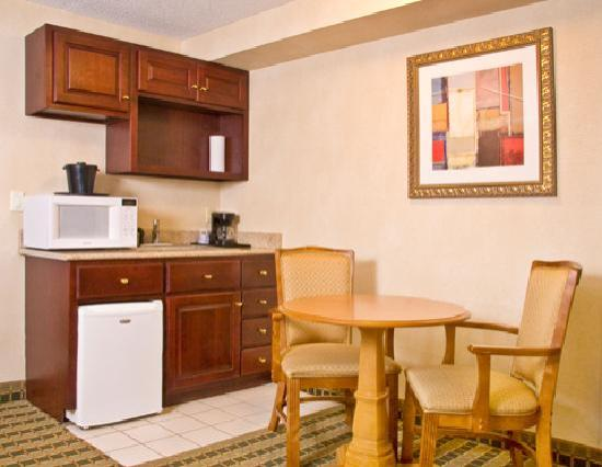 Holiday Inn Express & Suites Ann Arbor: Kitchenette