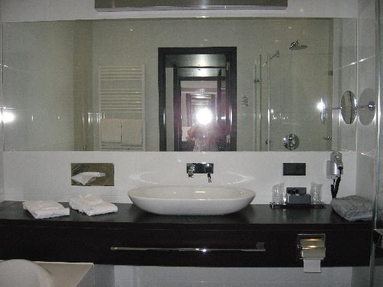 Van der Valk Hotel Brugge-Oostkamp: la salle de bain avec bain ET baignoire