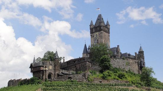 Reichsburg Cochem : View of the castle from the street going up.