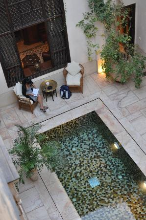 Riad Dixneuf La Ksour: Courtyard and swimming pool