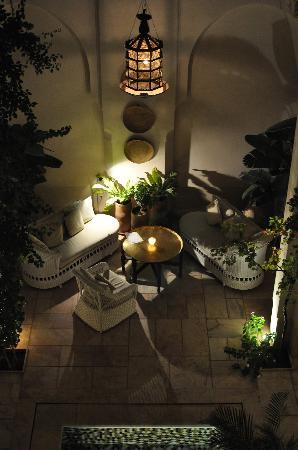 Riad Dixneuf La Ksour: Courtyard at night