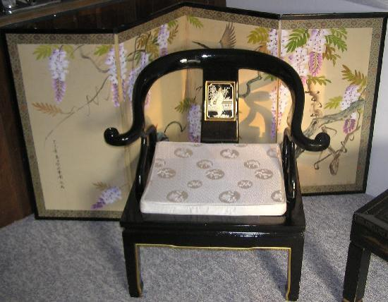 Lily Creek Lodge: Beautiful mother-of-pearl inlay chair -Geisha room