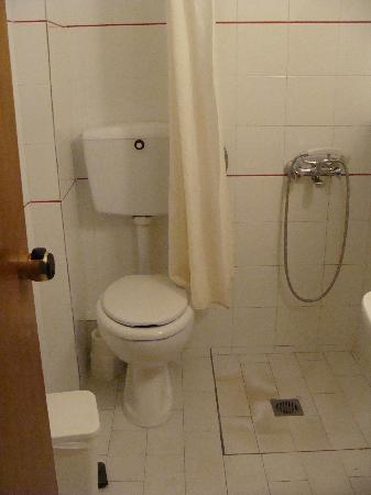 Kampos Village Resort: The bathroom, with the shower curtain almost IN the toilet..