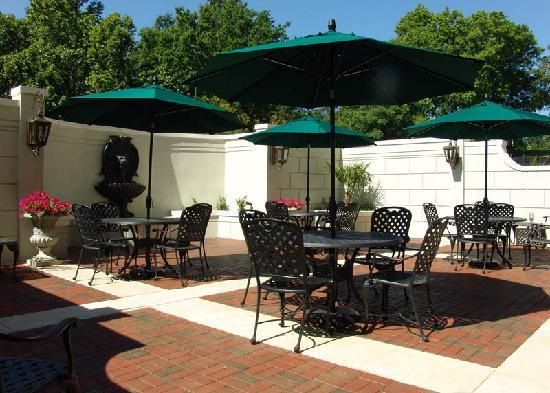 Hampton Inn Vicksburg: This courtyard was awesome in the evening while having a glass of their FREE wine