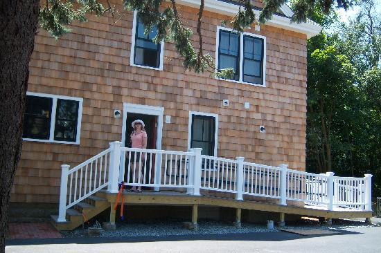 HI-Hyannis Hostel: Side enterance (disabled access)