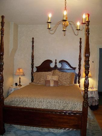 A Secret Vine Bed & Breakfast: Comfy Bed in the Bay Suite