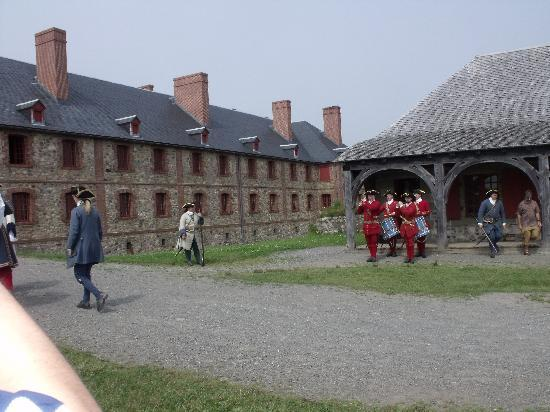 Louisbourg, Kanada: soldiers playing music