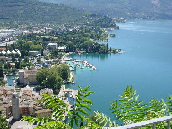 Hotel Antico Borgo: View of Riva and the lake from Mount Rochette